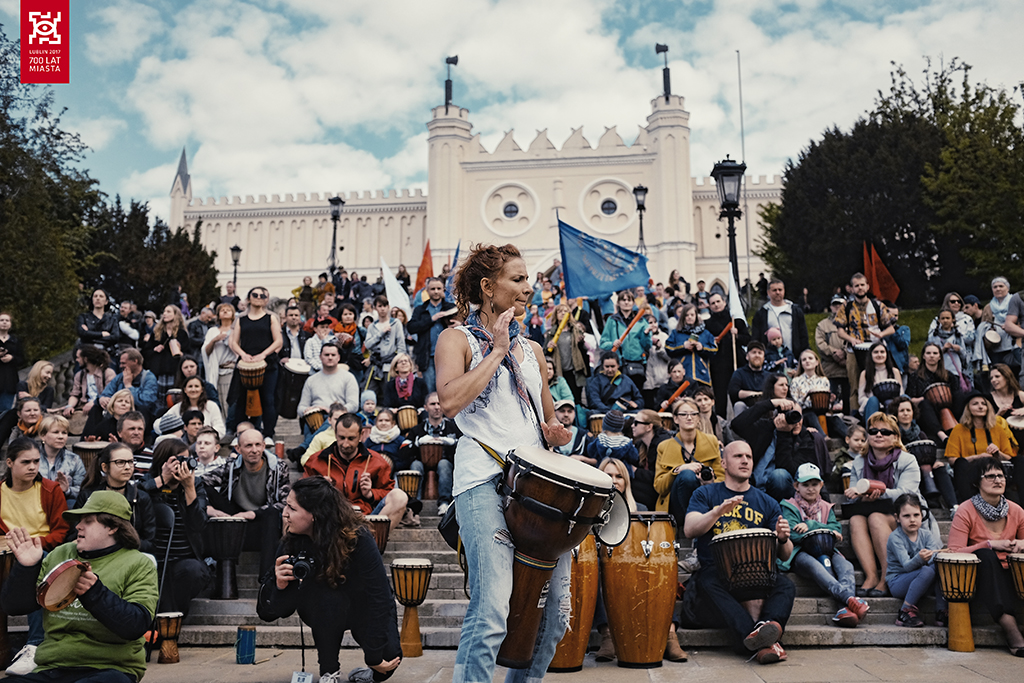 Wydarzenie 700 bębnów na 700-lecie odbywające się na schodach przed Zamkiem Lubelskim