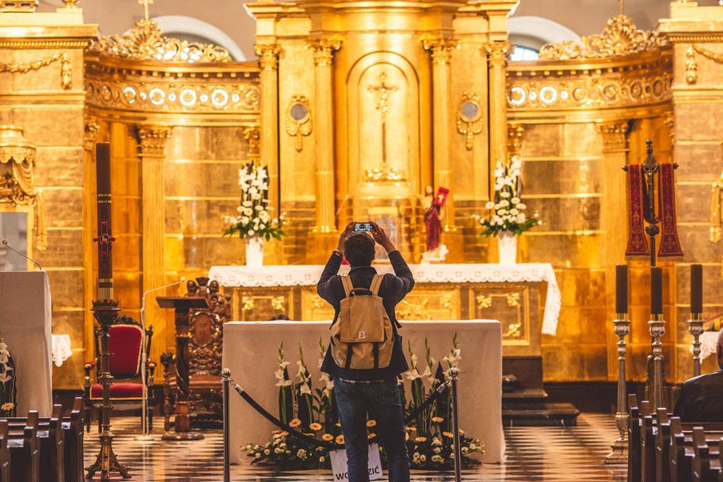 Bazylika oo. Dominikanów - osoba fotografująca ołtarz
