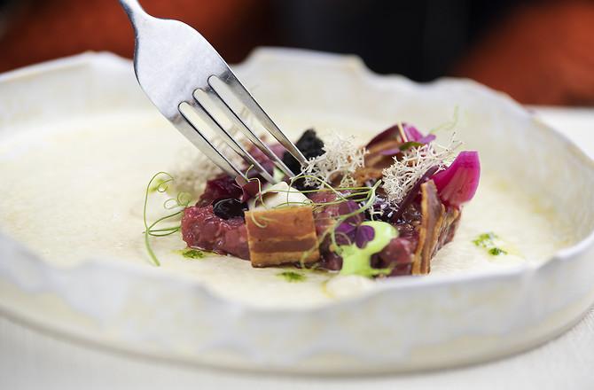 Danie kuchni fine dining w restauracji Chapter One