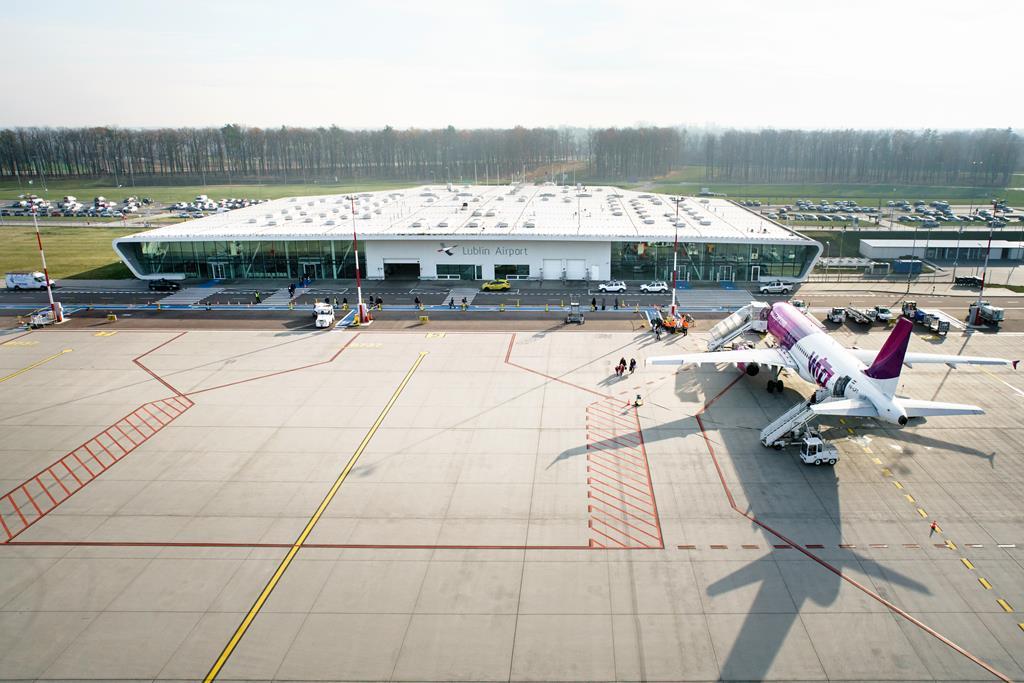 Terminal lotniska Lublin, przed nim na płycie samolot WizzAir
