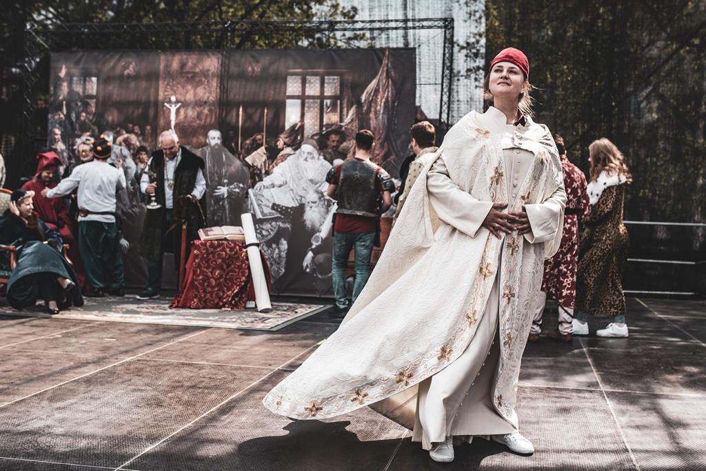 Matejko foto Challenge - Ożywiona historia, kobieta pozuje do zdjęcia przypominającego obraz Matejki