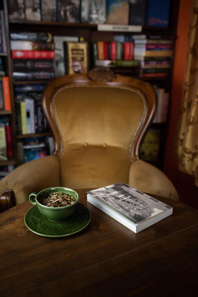 Fotel i stół z herbatą i książką