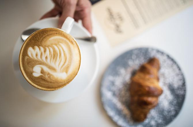 Kawa i croissant w kawiarni Parzona