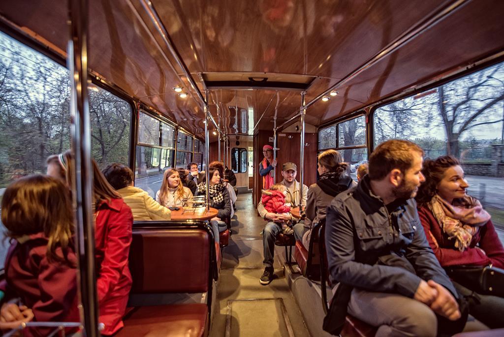 Grupa ludzi w autobusie turystycznym