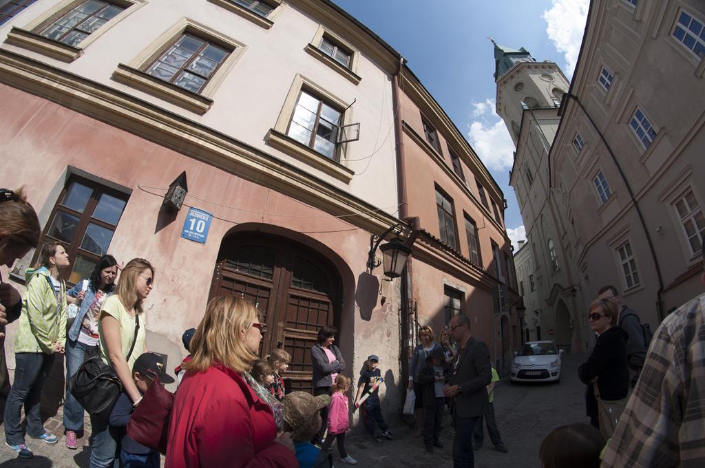 Zwiedzający podczas spaceru tematycznego na ul. Jezuickiej