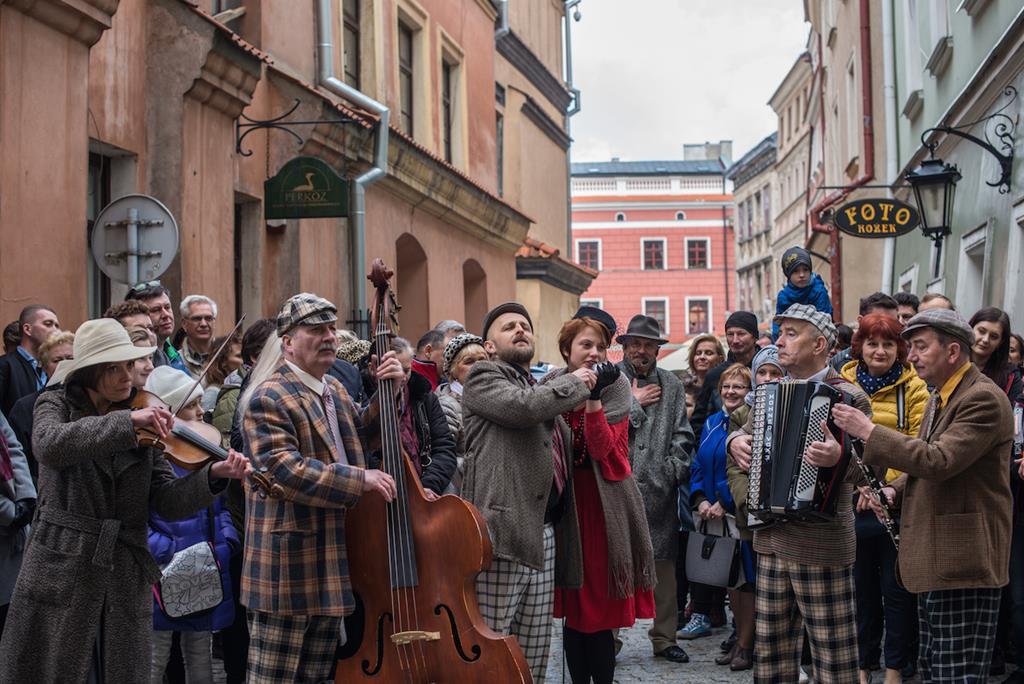 Grupa osób bierze udział w spektaklu Kamień Nieszczęścia