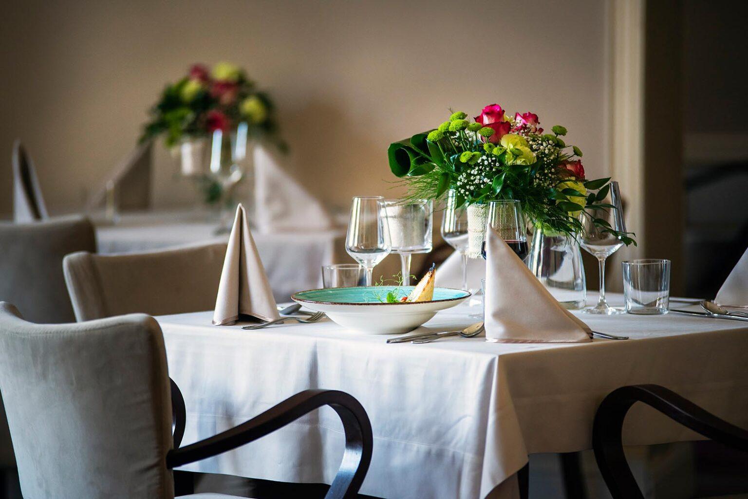 Nakryty stół w restauracji The Olive