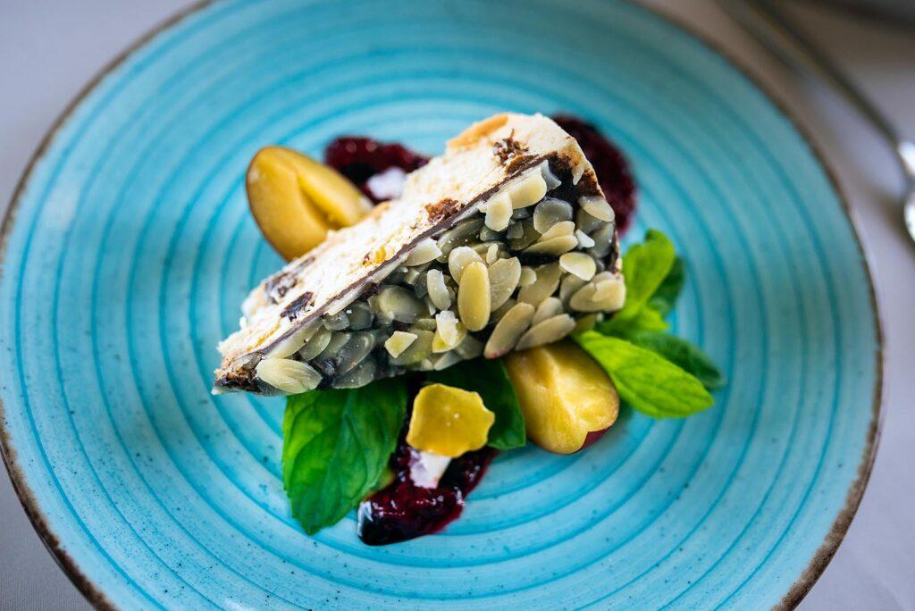 Danie na talerzu w restauracji The Olive