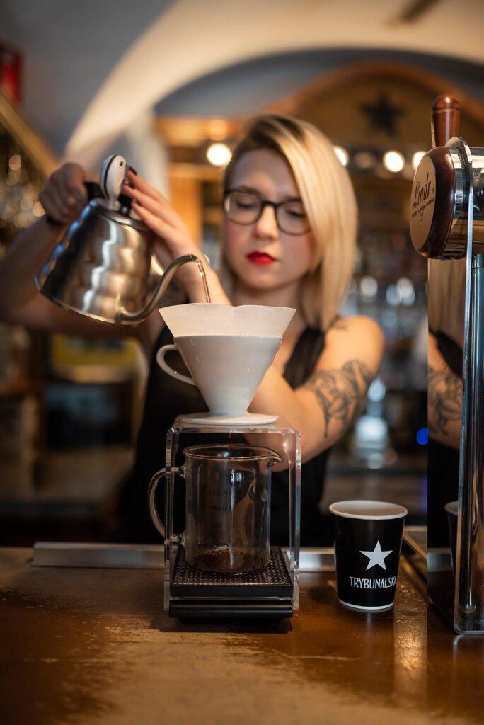 Kobieta parząca kawę w Trybunalska City Pub