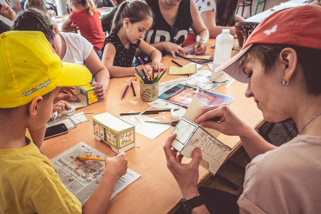 Dzieci biorące udział w warsztatach rodzinnych