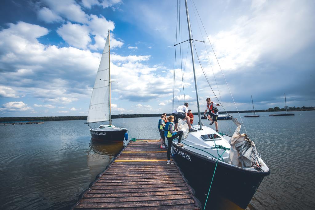 Warsztaty żeglarskie - dwie żaglówki przy molo na Zalewie Zemborzyckim