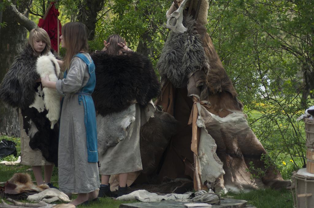 Grupa rekonstrukcyjna na wystawie archeologicznej
