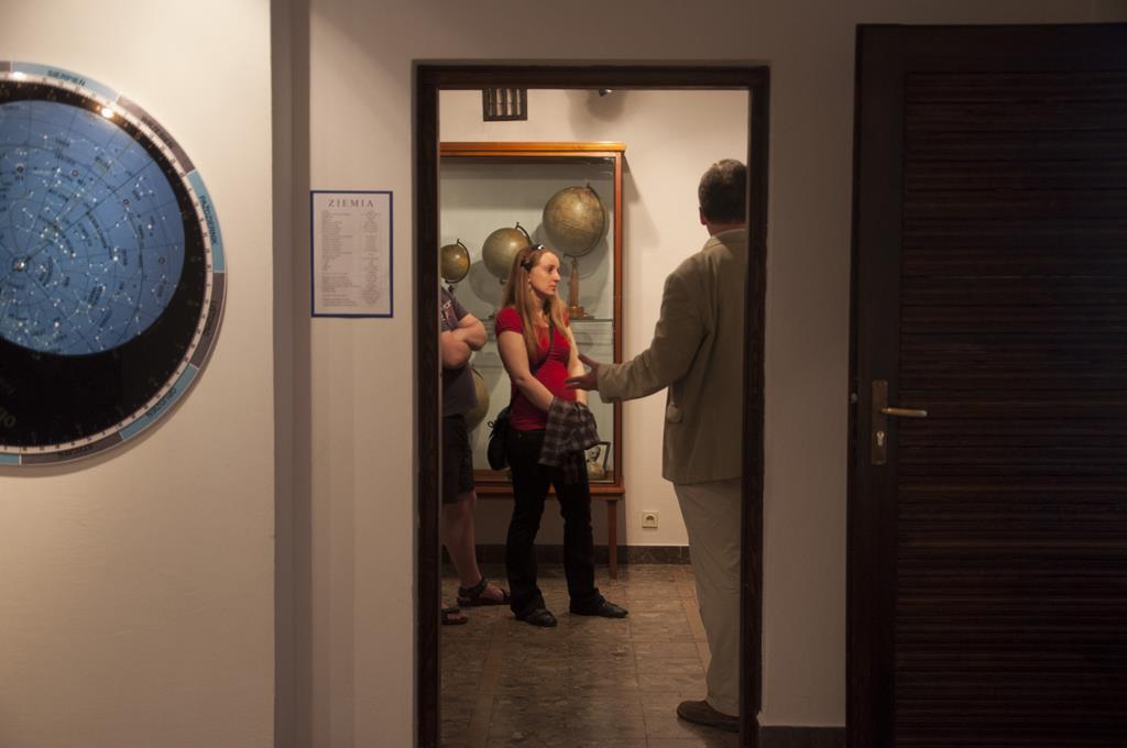 W głębi widać zwiedzających wystawę globusów