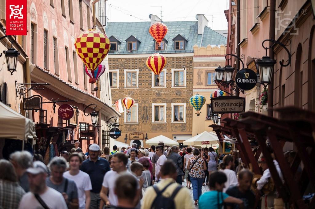 ul. Grodzka w Lublinie. Widoczni spacerujący ludzie oraz instalacja - unoszące sie balony