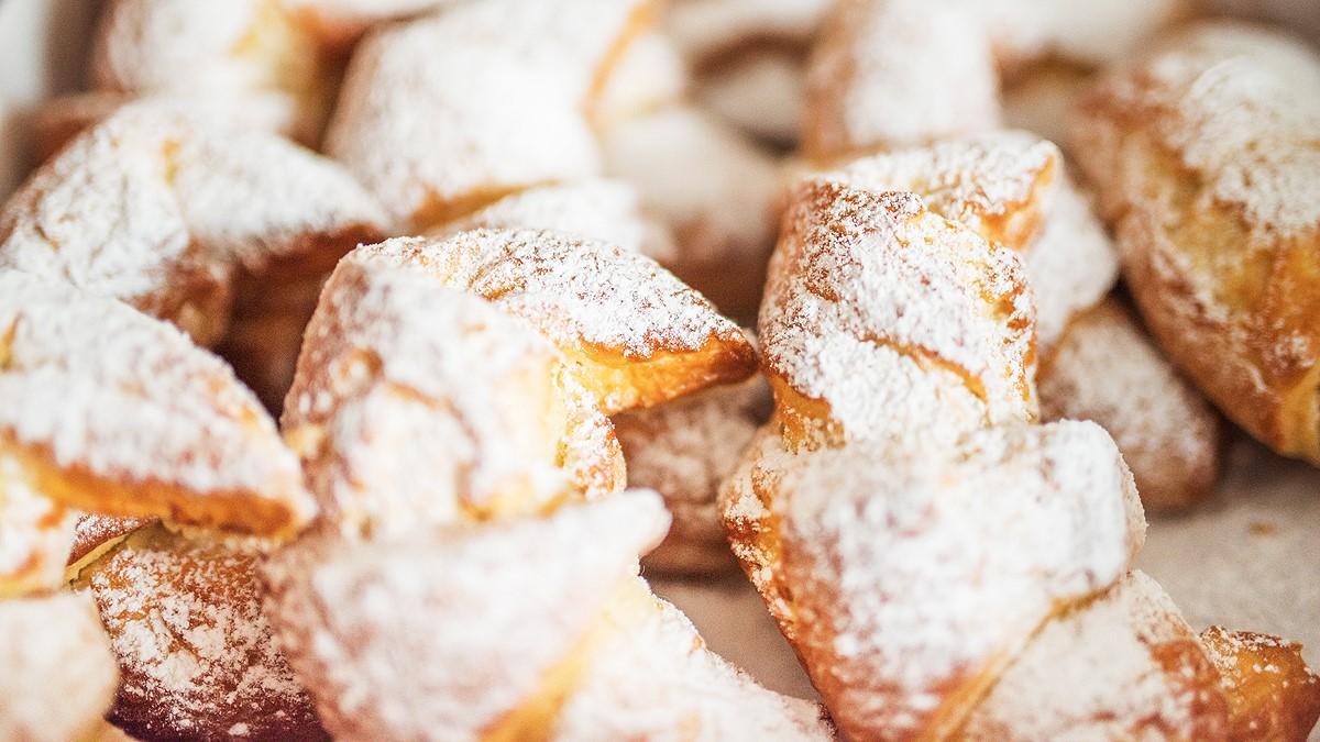 Słodkie rogaliki posypane cukrem pudrem