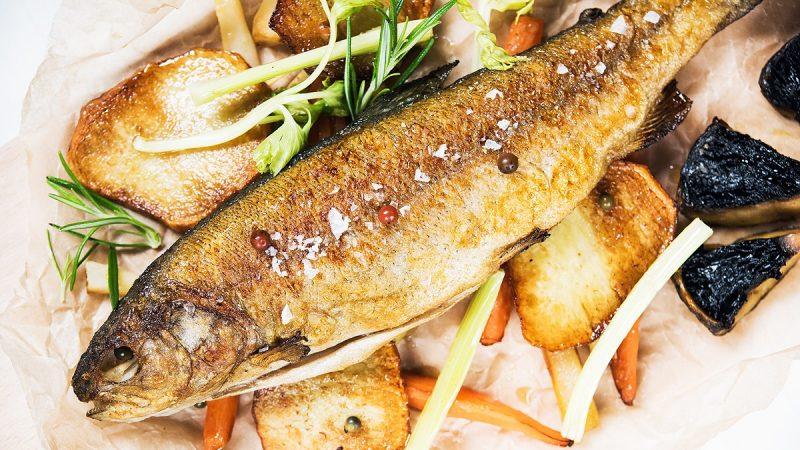 Pieczona ryba na warzywach sezonowych