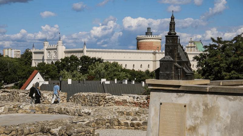 Plac po Farze w Lublinie. Widok na Zamek Lubelski
