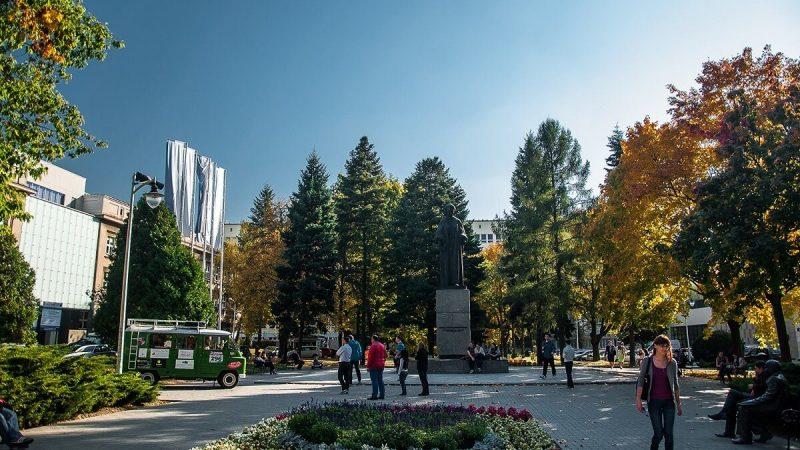Pomnik Marii Curie Skłodowskiej na placu przed UMCS