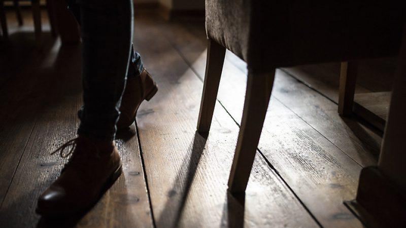 Restauracja 16 Stołów. Na zdjeciu widoczne nogi mężczyzny i krzesło.