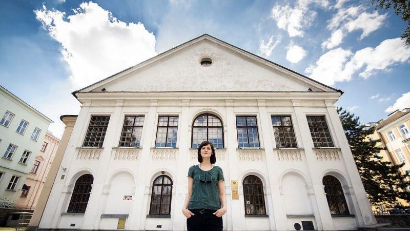 Magdalena Długosz stojąca przed Pałacem Czartoryskich