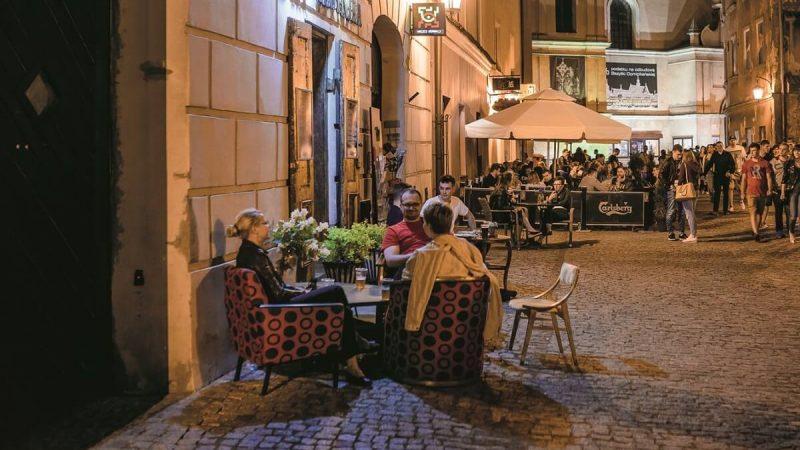 Stare Miasto w Lublinie z ogórdkami restauracyjnymi