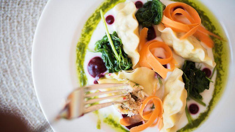 Talerz z pierogami i warzywami. Widok z góry.