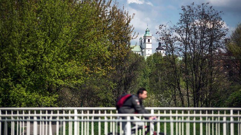 Rowerowy spacer z katedrą w tle