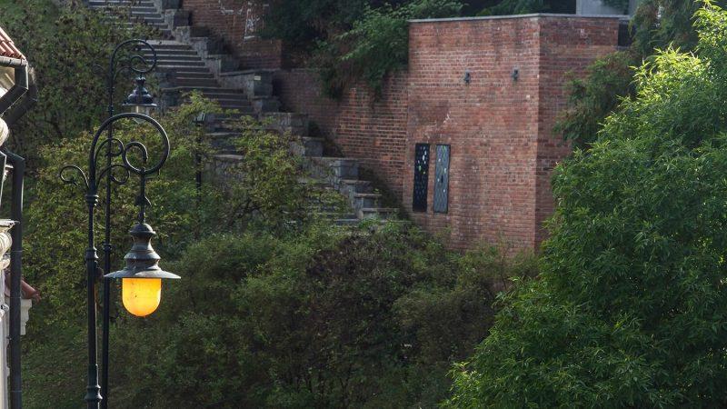 Zaułek W. Panasa z latarnią upamiętniającą Żydów lubelskich na pierwszym planie