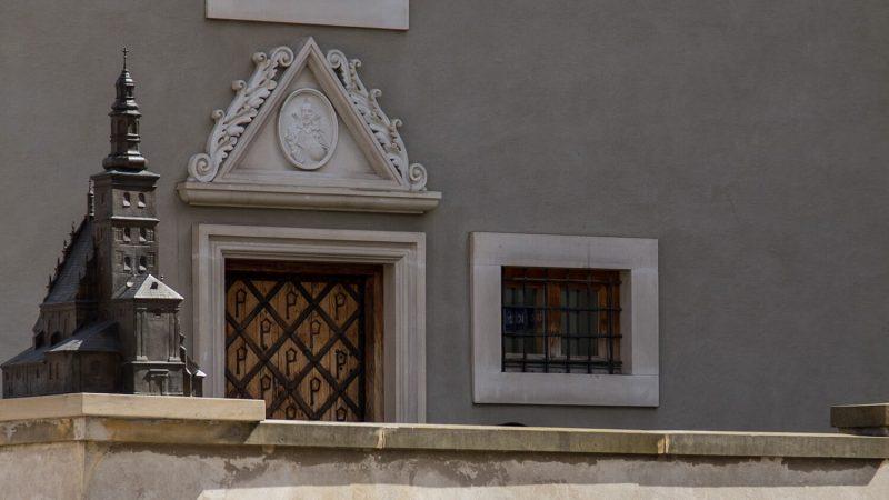 Fasada kamienicy przy placu Po Farze z makietą nieistniejącej już Fary